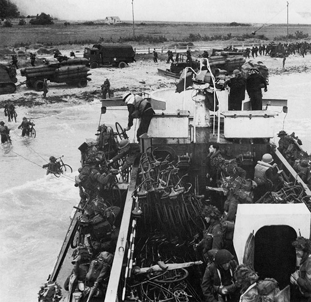 D-Day 6th June 1944. 'C' and 'D' companies of the Highland Light Infantry disembark from LCI 306 at Bernières-sur-mer.