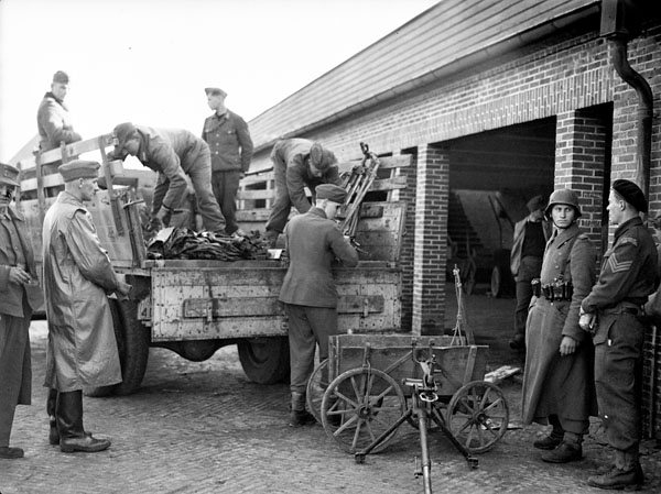 In Aurich, German prisoners of war offload weapons